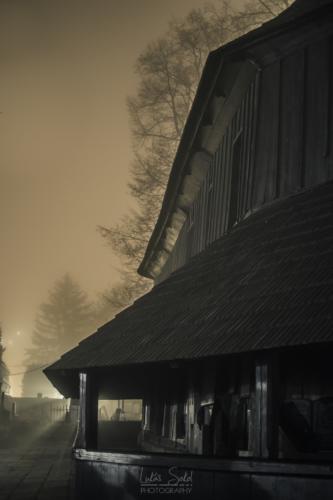 Dřevěný kostel v mlžné noci - Broumovsko