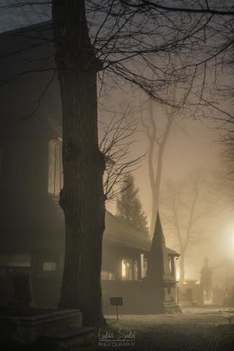 Dřevěný kostel, mlha a noc - Broumovsko