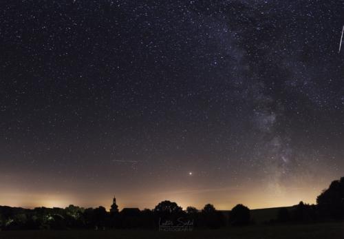 Noční panorama nad kostelem Všech Svatých - Broumovsko
