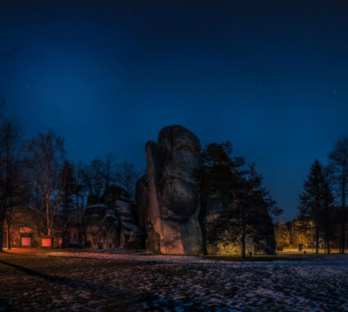 Noční skála před vstupem do skal - Broumovsko